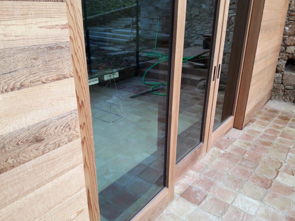 ventanal de masia girona con clima canal de jaga